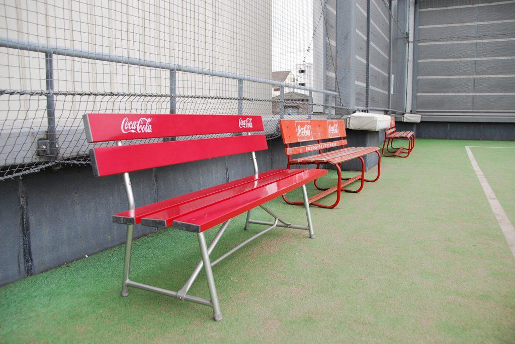 コートには休憩用のベンチもございます。